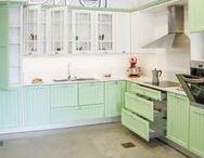 Cocinas Línea Retro / Compuesta por puertas en madera maciza de tablero listonado, la linea retro esta disponible en una amplia gama de colores.