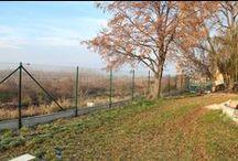 Štvorhranné pletivo s podhrabovými doskami v ZŠ Pusté Úľany / Časť pozemku za Základnou školou v Pustých Úľanoch sme ohradili pevným štvorhranným pletivom Resitor od výrobcu Betafence. Plot dopĺňajú podhrabové dosky slovenskej výroby a bránka, vyrobená na zákazku na Morave.