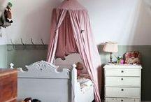 meisjeskamer / girls / Lekker slapen en spelen is het fijnst in een opgeruimde slaapkamer. Een goede kledingkast op de kinderkamer is daarom onmisbaar, maar het staat natuurlijk ook erg leuk. Kinderkamerinstijl.nl biedt unieke linnenkasten.