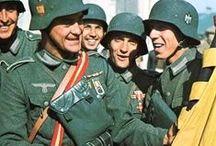 """División Azul (Spanien Blaue Division, Spanish Blue Division) 1941 - 1943 / La 250. Einheit spanischer Freiwilliger de la Wehrmacht. Unidad española de voluntarios que sirvió entre 1941 y 1943 en el ejército alemán durante la Segunda Guerra Mundial, exclusivamente en el Frente Oriental contra la Unión Soviética, """"contra el comunismo"""". España no intervino oficialmente en la Guerra del lado de Alemania, pero así compensaba a Hitler por su ayuda durante la Guerra Civil Española, por la Legión Cóndor, y ayuda en material militar, sobre todo."""