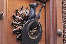 ΛΕΠΤΟΜΕΡΕΙΑ ΣΤΗΝ ΠΟΡΤΑ..... / .Ρόπτρα, πόμολα, κλειδιά, κουδούνια και όχι μόνο.....