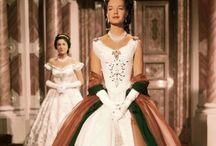 Sissi / De film Sissi, die uit 3 delen bestaat. De eerste is gemaakt in 1955 en heet Sissi, de tweede in 1956 en heet Sissi,de jonge keizerin. En deel drie, die in 1957 is gemaakt heet Sissi,de woelige jaren.  De jurken, de omgeving, Romy Schneider die het zo mooi heeft gespeeld, de romantiek. I love it!