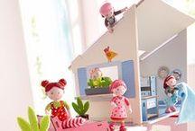 HABA Little Friends / Hereinspaziert in die Welt der Little Friends von HABA! Mit den niedlichen Biegepuppen und den bunten Puppenhäusern lässt es sich wunderbar spielen. Viele Geschichten und Infos über unsere Little Friends befinden sich hier: https://www.haba.de//little-friends