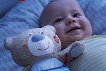 HABA wünscht Gute Nacht / Tagsüber gibt es als Kind so viel zu entdecken und zu bestaunen – kein Wunder, dass das Schlafengehen nicht immer leicht fällt. Unsere HABA Produkte stimmen auf eine ruhige Nacht ein. HABA wünscht einen erholsamen Schlaf! Gemütlich wird's hier: haba.de/kinderlampen