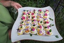 Blüten schön angerichtet / Essbare Blüten sind in meinen Workshops und bei meinen Gartenevents schon immer ein besonderes Thema. Jedes Essen wird zu einer Besonderheit ...