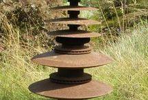 Stelen ~ Gartenstelen / Elemente aus Keramik, Stein oder Eisen etc. dekorativ zu einem Turm zusammengefügte. Eine Gartenstele ist eine sehr indiiduelle Gartendekoration.  Keramikstelen: http://www.landhausidyll-gartenkeramik.de/shop/stelen/