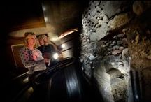 DOMunder / DOMunder, een historische attractie voor jong en oud in het hart van het het Domplein. Pak de slimme zaklamp en ga op zoek naar archeologische resten en spannende verhalen. Ontdek de verborgen geschiedenis van 2000 jaar Domplein, Utrecht en Nederland.