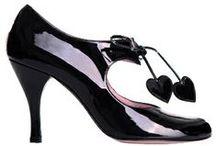 Lahjalista kengät / Korkkareissa ehdottomasti koko 36 (UK 3 tai 3,5) Saappaissa menee myös 37.