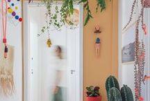 Hall de entrada | Hall / Amplo ou bem pequenininho, o hall de entrada é o que garante aquela primeira boa impressão, então a decoração desse canto precisa seguir o estilo da casa. Se você não sabe por onde começar, confira nossas ideias aqui.