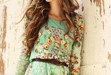 KEVÄTNAISEN VAATTEET & ASUSTEET / Kuvien henkilöt eivät välttämättä edusta värivuodenaikaa kevät, mutta heidän vaatteensa ovat kevään sävypaletista.