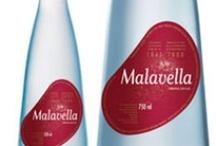 Malavella / Malavella es un agua mineral natural carbónica de origen termal que nace en Caldes de Malavella (Girona). Sus cualidades minerales le confieren una personalidad propia y original sobre la que se sustenta el posicionamiento de la marca. Demostrando que es posible ofrecer un producto beneficioso para la salud y a la vez una imagen atractiva y actual.
