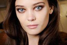 Spring/Summer 2015 / De make-up trends voor lente en zomer 2015? Een natuurlijke huid, pasteltinten, grafische eyeliner, donkere lipstick en af en toe felgekleurde oogmake-up.