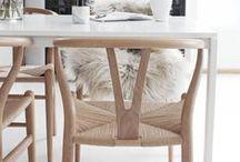 Krzesło Wisbone Carl Hansen / Są takie meble, które nie poddają się upływowi czasu. Świadczy to o ich doskonałości, mistrzostwie wykonania i geniuszu projektanta. Takim meblem jest duńskie krzesło Wishbone - ikona skandynawskiego designu.