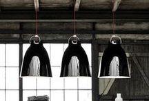 Caravaggio Lightyears / Lampa Caravaggio autorstwa duńskiej projektantki Cecilie Manz, została zaprojektowana niedawno, bo w 2005 roku. Pomimo to na stałe weszła do kanonu designerskich lamp. Inspiracją dla projektantki były prace włoskiego malarza Caravaggia słynącego z mistrzowskiej gry ostrego światłocienia i kontrastu. Klosz lampy jest przemyślany w ten sposób, aby dawał skoncentrowane, ale nie oślepiające światło. Dodatkowo u góry znajduje się otwór, dzięki któremu na suficie tworzy się nastrojowa poświata.