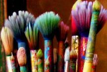 Paintbrushes & Pens / Choosing paintbrushes, how to clean paint from brushes, juicy paintbrushes in studios. Pens for illustration, mixed media and urban sketching, life drawing.