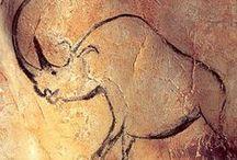 Aurignacien (-38 000 à -28 000) Paléolithique supérieur / -38 ou -35 000. Caractérisé par ses pointes de sagaies à base fendue en ivoire ou en bois de renne, par la production de lamelles en silex et par sa production artistique pariétale (Grotte Chauvet) et mobilière.