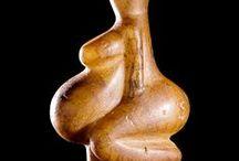 """Gravettien (-29 000 à - 22 000) Paléolithique supérieur / Statuettes aux formes féminines exacerbées, les """"Vénus""""."""