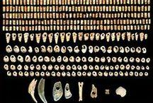 Magdalénien (-17 000 à -10 000) Paléolithique supérieur / Période de réchauffement coupée de rechutes. Le propulseur se généralise, le harpon. Oeuvres pariétales célèbres: Les Eyzies, Font de Gaume, la Madeleine, Le Roc aux Sorciers et Altamira en Espagne.