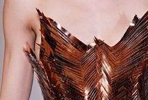 Shiny metallics / Metallics zijn hot dit seizoen. En dus vind je ze overal: in kleding, schoenen, make-up en zelfs interieur. Check al deze metallic items en bekijk hoe jij deze trend gaat adopteren! / by Dresses Only