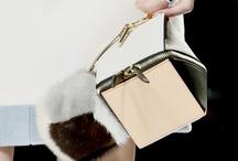 Bolso caja / El perfume en frasco pequeño o tus secretos a buen recaudo. Apenas cabe un móvil sin embargo muchas han sido las firmas que los han subido a la pasarela.