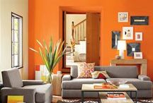 Оранжевый цвет в интерьере   Orange color in interior / Оранжевый цвет — самый теплый и активный цвет, способствующий улучшению настроения. Цвет хорошо сочетается со схожим по гамме темно-коричневым, а также с зеленым и белым. Лучше не использовать оранжевый в сочетании с фиолетовым и синим из-за различия в тепло-холодности гаммы цветов.
