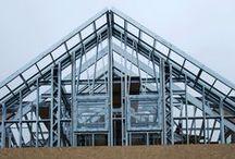Technologia lekkkiego szkieletu stalowego / Budowanie metodą Stalowych Domów polega na postawieniu konstrukcji budynku z elementów stalowych wykonanych w warunkach fabrycznych na bazie szczegółowego projektu konstrukcyjnego.