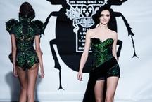 """2013'ün Moda Haftaları / Dünyaca ünlü tasarımcıların katılımıyla, özellikle Londra, Milan, Paris ve New York City'deki moda haftalarına katılıp yeni sezon trendlerini öğrenip, moda ile dolu bir hafta geçirmek isteyenler """"2013'ün Moda Haftaları"""" blog post'umuzu okumadan moda haftalarına katılmayın!  http://trotelcom.tumblr.com/"""