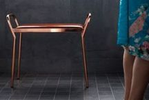 Anyone / Anyone is a stool made of copper alloy metal with a clear coat on top that prevents it from oxidizing, and a cognac-colored seat in leather which gives it a modern and stylish look.  Place the pallet in the hall or as a stylish and practical piece of furniture in the bedroom or in the living room as an extra seat.  Material: Copper alloyed metal frame with cognac colored leather