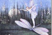 Dragonflies & Fairies / The power of transformation - En langzamerhand zag hij uit die nevel twee donkere ogen schitteren, en een lichte, ranke gestalte, in een tederblauw kleedje, zat op de plaats van de libel. In het blonde haar was een krans van witte winden en aan de schouders gazen haftvleugels, die als een zeepbel in duizend kleuren schitterden.