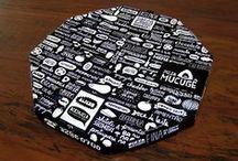 Pizza Mucugê / Revitalização da marca (antiga Pizza Mu) e nova identidade visual aplicada no cardápio, caixas de pizza, painéis, sinalização de fachada etc.