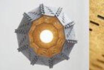 Lampy COSY II / Dobre oświetlenie wnętrza, w którym się znajdujemy, nastraja nas pozytywnie, poprawia samopoczucie i rozjaśnia umysł. Przyjazne światło sprzyja dobrym myślom. Ważny jest nie tylko miękki, przyjazny kolor światła, lecz również forma lampy. Lampy COSY odwzorowują kształty z przyrody - główkę makówki, dynię lub pancerz jeżowca. Bioniczne formy idealnie komponują się we wnętrzach w każdym stylu.  Projektant: Michał Kowalski, rodzina lamp i pojemników COSY, 1999, do kupienia na www.nowymodel.org