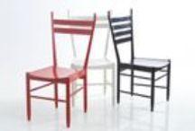 Krzesła CZERWONE – BIAŁE – CZARNE / Trzy drewniane krzesła różniące się detalami oparć lub siedzisk. Każde występuje w trzech kolorach: czerwonym, białym, czarnym. Zaprojektowane w latach 1957-62. Prototypy wykonane w latach 60. nie weszły do produkcji. Zachowały się w zbiorach rodziny prof. Hałasa w Krajkowie.  nowymodel.org jako pierwszy udostępnia projekty. Projektant: Rajmund Teofil Hałas, grupa krzeseł: CZERWONE – BIAŁE – CZARNE, 1957-62, zbiory S. Hałas, Krajkowo, wkrótce do kupienia na www.nowymodel.org