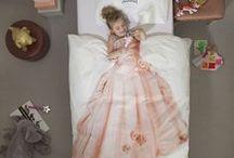 Wishlist fille / Girl / Pas facile de trouver le cadeau idéal fille pour un anniversaire, noël, fête ou autre… Decobb.com vous propose un large choix de cadeaux qui combleront toutes les petites filles : poupées, boîte à bijoux, jouets d'imitation, jeux, puzzle ou encore objets de décoration