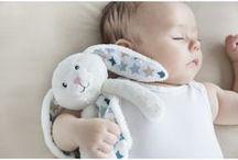 Doudou / Comforters / Tout le monde se souvient de son tout premier et de son plus fidèle compagnon : le doudou ! Très apprécié en cadeaux de naissance, il accompagne le bébé partout et le rassure.