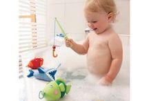 L'heure du bain / Bathtime / Moment de complicité, de détente et d'apaisement, on ne rigole pas avec l'heure du bain ! Pour optimiser ce rituel de détente, on se fournit en accessoires, en jeux, et en objets spécialisés chez decoBB