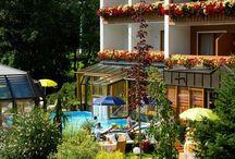 Sommer erleben im Almrausch / Das Hotel Almrausch**** mit herrlicher Sonnenlage liegt zentral in Bad Kleinkirchheim. Ein par Schritte vom Haus entfernt finden Sie die Therme St.Kathrein oder Sie steigen direkt abhaus ins Wanderparadies Nationalpark Nockberge ein.