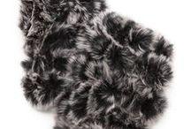 """Smena - Lena 2 / Лук монохромный.  Спокойный осенний лук с укороченным свитером и меховым жилетом, который можно разбавить яркими и """"вкусными"""" аксессуарами. Жилетку, при наступлении зимних холодов, можно поменять на такого же вида дубленку."""