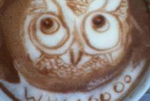 Pausa caffè / Il caffè è...il profumo che puntualmente ogni mattina ti abbraccia in cucina risvegliando la tua voglia di vivere, un piacere antico e sempre nuovo, un sapore pieno generoso che da gusto alla vita,scandendo ogni momento di pausa e ripresa, ogni ora lieta e triste... Ma facciamo anche un po' di storia... Vediamo con quanta fatica i nostri nonni si conquistassero la gioia di una buona tazzina di caffè: dalla tostatura alla macinatura, ai vari modi di prepararlo il caffè diventa un'arte...