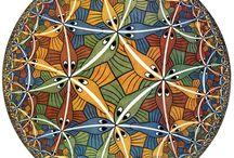 Escher (1898-1972) / Maurits Cornelis Escher ovvero il genio delle costruzioni impossibili, delle esplorazioni dell'infinito, delle tassellature del piano e dello spazio, dei motivi a geometrie interconnesse che cambiano gradualmente in forme via via differenti.