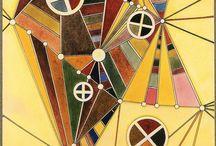 """Wassily Kandisky (1866-1944) / Kandisky = colore Nelle sue opere, sperimenta le sue teorie sull'uso del colore, intravedendo un nesso strettissimo tra opera d'arte e dimensione spirituale. Il colore può avere due possibili effetti sullo spettatore: un """"effetto fisico"""", superficiale e basato su sensazioni momentanee, determinato dalla registrazione da parte della retina di un colore piuttosto che di un altro; un """"effetto psichico"""" dovuto alla vibrazione spirituale (prodotta dalla forza psichica dell'uomo) attraverso cui il colore raggiunge l'anima. Esso può essere diretto o verificarsi per associazione con gli altri sensi. L'effetto psichico del colore è determinato dalle sue qualità sensibili: il colore ha un odore, un sapore, un suono.  Perciò il rosso, ad esempio, risveglia in noi l'emozione del dolore, non per un'associazione di idee (rosso-sangue-dolore), ma per le sue proprie caratteristiche, per il suo """"suono interiore"""". Kandinskij utilizza una metafora musicale per spiegare quest'effetto: il colore è il tasto, l'occhio è il martelletto, l'anima è un pianoforte con molte corde. Il colore può essere caldo o freddo, chiaro o scuro. Questi quattro """"suoni"""" principali possono essere combinati tra loro: caldo-chiaro, caldo-scuro, freddo-chiaro, freddo-scuro. Il punto di riferimento per i colori caldi è il giallo, quello dei colori freddi è l'azzurro.  Alle polarità caldo-freddo Kandinskij attribuisce un doppio movimento: uno """"orizzontale"""" ed uno """"radiante"""". Il giallo è dotato di un movimento radiante che lo fa avanzare verso lo spettatore rispetto al piano in cui è fisicamente, inoltre è dotato di un movimento eccentrico-centrifugo perché si allarga verso l'esterno, abbaglia, respinge. L'azzurro è dotato di un movimento orizzontale che lo fa indietreggiare dallo spettatore ed è dotato di un movimento concentrico-centripeto perché si avvolge su sé stesso, esso creando un effetto di immersione attira lo spettatore. Kandinskij, sempre in base alla teoria secondo la qua"""