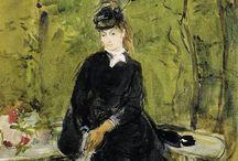 Berthe Morisot (1841-1895) / Berthe Morisot , pittrice impressionista, moglie di Eugene Manet, dal punto di vista tematico si cimentò in marine, paesaggi, ritratti en plein air e numerosi altri generi. Molti a quel tempo ritenevano disdicevole per una donna la professione di pittrice e la sua arte risentì di questi pregiudizi, che le diedero grandissime difficoltà a dipingere all'aperto o in luoghi pubblici e la resero pertanto indifferente ed estranea alle questioni sociali che agitavano la vita parigina in quei decenni. Per questo motivo la Morisot maturò una naturale predilezione per il mondo femminile e, soprattutto, domestico, compiacendosi «di rappresentare i particolari delle vesti femminili, la biancheria fine, le stoffe morbide che dipinge con tocco abile e leggero» (Pierre Lavedan). Berthe diede infatti i risultati più alti dipingendo interni e scene casalinghe, con donne eleganti della media e alta borghesia ritratte in casa o in giardino, in varie ore della giornata. Ricorrendo frequentemente ai tagli fotografici, così come faceva Degas, la Morisot licenziò quadri sereni e profondi raffiguranti per lo più donne colte nell'intimità del ventre domestico: una straripante fonte d'ispirazione, in tal senso, fu la sua famiglia, dal cui microcosmo attinse numerosissime volte, dai ritratti della sorella e della madre (La culla, La lettura) alle immagini della figlioletta Julie.
