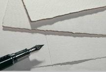 Büttenpapier / Das Juwel unter den Papieren Wer auf Büttenpapier kommuniziert, zeigt die Liebe zum Echten, zeigt Charakter und Persönlichkeit. Büttenpapier erweckt Gefühle der Kostbarkeit und eignet sich bestens für die gehobene Korrespondenz.  Mit Rondo, Fluvio, Corona und Palazzo bieten wir vier verschiedene Büttenpapier