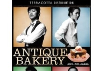 Antique Bakery / Jin-hyuk (Ju Ji-hun) has money, the looks, the charm, everything except finding the love of his life. So he sets up a fancy cake shop where women are sure to come. He hires Sun-woo (Kim Jae-wook), a talented and sought-after young pâtissier who had a crush on Jin-hyuk back in high school. Along with an ex-boxing champion Gi-beom and a clueless bodyguard Su-young, the four unique and handsome young men stir up the quiet neighbourhood at their cake shop, Antique.