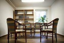 AHOFFICE - WARSAW / AhOffice to biuro stworzone dla ludzi, którym bliska jest idea coworkingu, którzy chcą pracować w przyjaznej, kreatywnej atmosferze, bez stresu i zbędnego pośpiechu. Dla ceniących sobie możliwość spotkania w pracy ciekawych osób, z którymi można dzielić się wiedzą i doświadczeniem. Zapraszamy do biur znajdujących się w kameralnym budynku zlokalizowanym w willowej części Ursynowa, tuż obok Kampusu SGGW  Ahoffice ul. Chłapowskiego 3 Warszawa T: 22 64 98 092 E: biuro@ahoffice.pl