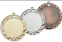 Medaillen / In diesem Album finden Sie unsere #Medaillen. Jeder Medaille kann mit einem Band oder Kordel nach Ihrer Wahl versehen werden.   Unsere Medaillen können Sie direkt online bestellen unter: http://www.helm-pokale.de/medaillen-sh-4.html