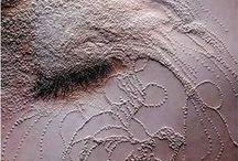 Inscripciones sobre la piel / La palabra tatuaje posiblemente proviene del samoano «tátau» que significa marcar o golpear dos veces, se incorpora al español a través del francés, tatouage. Los marineros que viajaban por el océano Pacífico fascinados por sus tatuajes equivocadamente tradujeron la palabra «tatau» como tatuaje. En japonés los diseños tradicionales o aquellos diseños aplicados usando métodos tradicionales son «irezumi» (inserción de tinta), mientras que los diseños de origen no japonés son«tattoo»