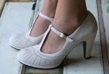 ⒹⒾⓇⓃⒹⓁ❤ⓈⒽⓄⒺⓈ❤Bergschuhe, Trachten-Schuhe, Stiefel / Welche Schuhe trägt man zum Dirndl? Sind flache Absätze erlaubt? Darf man Turnschuhe zum Dirndl kombinieren? Grundsätzlich sind wir der Meinung, dass man tragen darf, worin man sich wohl fühlt und was dem Anlass angemessen ist. Allerdings gibt es auch einige Schuh-Dirndl-Kombinationen, die man lieber nicht sehen möchte. Deshalb zeigen wir diese hier auch nicht, sondern Impressionen unserer Lieblingsschuhe zum Dirndl.