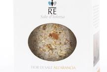 """Linea """"Re sale d'Infersa"""" / Alla base della nuova linea del """"fior di sale di infersa"""" c 'è il profumo degli agrumi, rigorosamente sbucciati a mano, ed essiccati secondo la piu' antica tradizione siciliana. Oggi li potete trovare anche sapientemente arricchiti da erbe aromatiche di prima qualità."""
