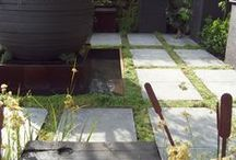 Collection premium Xtirio / Ces dalles de béton rayonnent par leur simplicité, leur tranquillité et leur qualité. Elles feront de votre jardin un endroit tout en nuance de blanc, gris et noir.