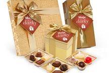 Dárková čokoláda v luxusním balení se stuhou / Belgická a holandská čokoláda v exkluzivním dárkovém balení. Pralinky plněné krémem, čokoládové lanýže, čokoládové pohárky. Bonboniery balené v metalickém papíru, v luxusní krabičce, v imitaci kůže nebo potištěných kartonových krabičkách.